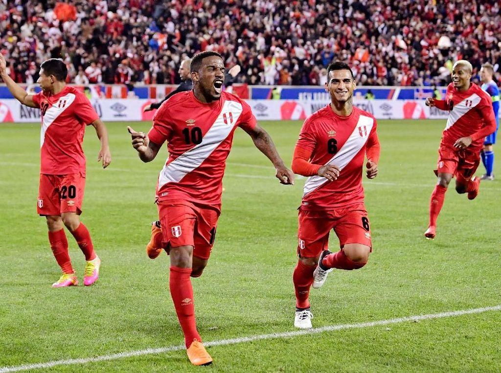 Walaupun pamor timnas Peru tak segemerlap negara peserta Piala Dunia 2018, mereka berhasil masuk sebagai skuad yang paling dibicarakan di Twitter di posisi nomor 9. Foto: Steven Ryan/Getty Images