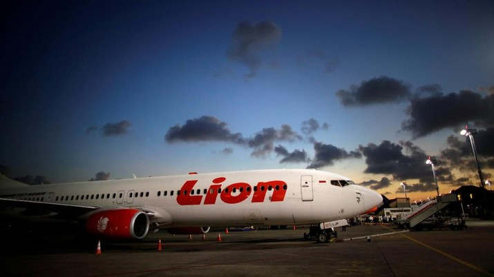 FILE PHOTO: A Lion Air Boeing 737-900 parked at Denpasar airport in Bali August 14, 2017.   REUTERS/Thomas White/File Photo