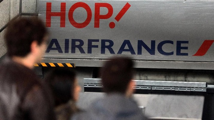 Passengers stand at the Air France check in at Nice airport as Air France pilots, cabin and ground crews unions call for a one-day strike over salaries in France, March 30, 2018. REUTERS/Eric Gaillard