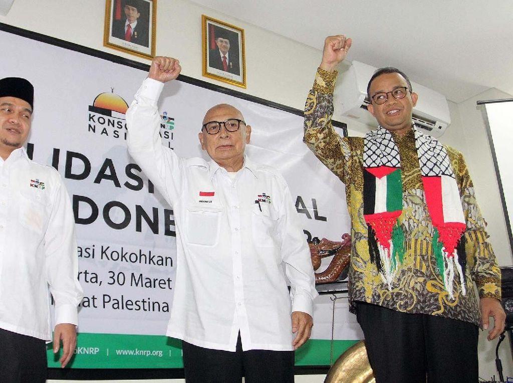 Anies Rasyid Baswedan (kanan) bersama Ketua Umum Komite Nasional untuk Rakyat Palestina (KNRP) Suripto (tengah) dan Sekjen KNRP Suhartono saat menghadiri Konsolidasi Nasional 2018. Pool/KNRP.