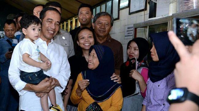 Jokowi Gendong Cucu Sambangi Transmart Bogor Yasmin