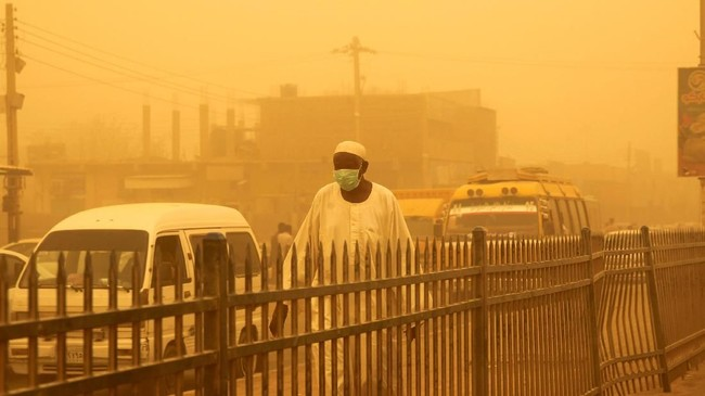 Badai pasir menyelimuti ibu kota Sudan pada Kamis, memaksa pihak berwenang menutup sekolah hingga membatalkan penerbangan. (REUTERS/Mohamed Nureldin Abdallah)
