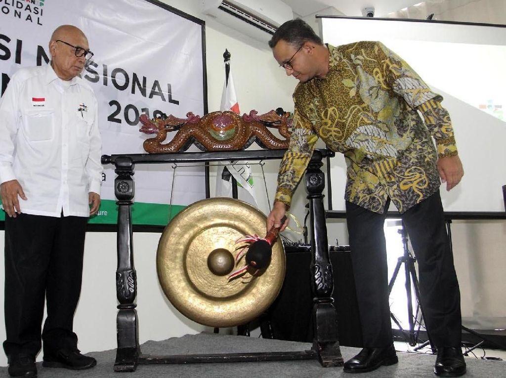 Gubernur DKI Jakarta Anies Rasyid Baswedan memukul gong saat membuka Konsolidasi Nasional 2018. Pool/KNRP.