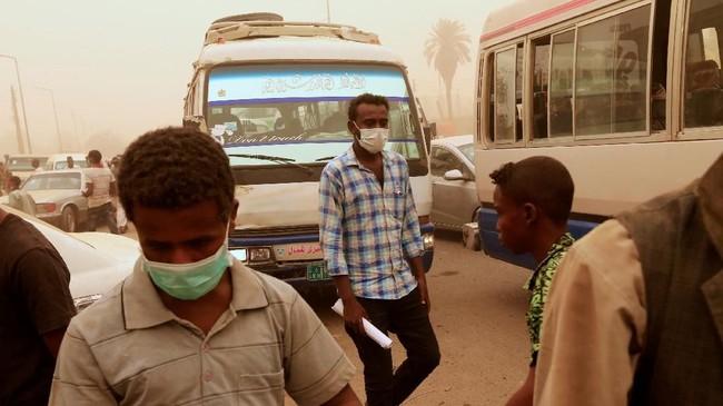"Badai pasir atau debu, dikenal sebagai ""haboob"" di Sudan, kerap terjadi di negara ini, terutama di Khartoum. (REUTERS/Mohamed Nureldin Abdallah)"