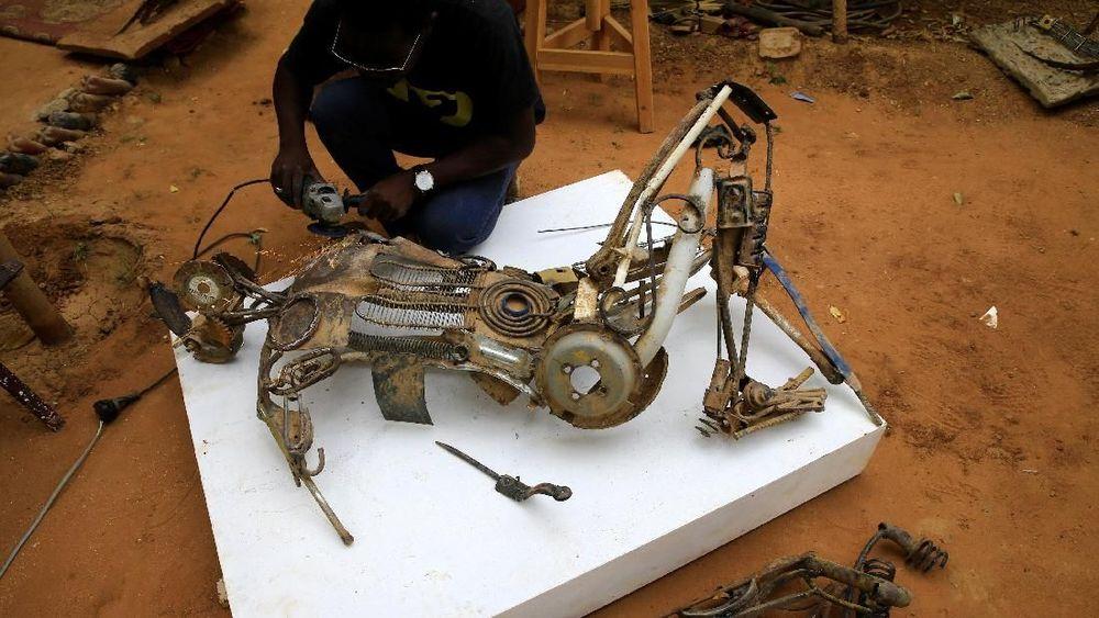 Adlan Yousif merupakan seniman pembuat patung yang khas dari potongan besi tua.