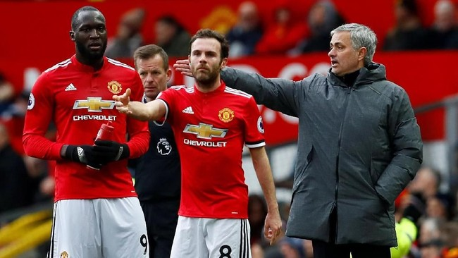 Juan Mata (tengah) gagal mencuri perhatian Lopetegui. Mata sendiri tidak mendapatkan kesempatan bermain secara reguler di Manchester United. (Reuters/Jason Cairnduff)