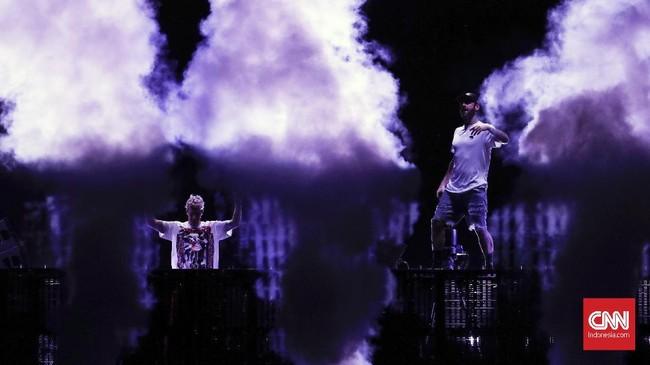 The Chainsmokers juga membawakan lagu karya sendiri sepertiEverybody Hates Me, Inside Me, Don't Let Me DowndanAll We Know danSomething Just Like Thisyang digarap bersama Coldplay. (dok. CNNIndonesia/Safir Makki)