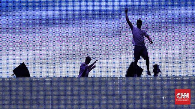 Penampilan dibuka dengan remix Last Resortmilik Papa Roach,When You Were Youngmilik The Killers,Jumpmilik Major Lazer feat Busy Signal danGod's Planmilik Drake. (dok. CNNIndonesia/Safir Makki)