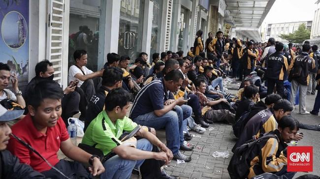 Gojek membuka sembilan titik perekrutan untuk menampung sopir UberMotor. (CNNIndonesia/Safir Makki)