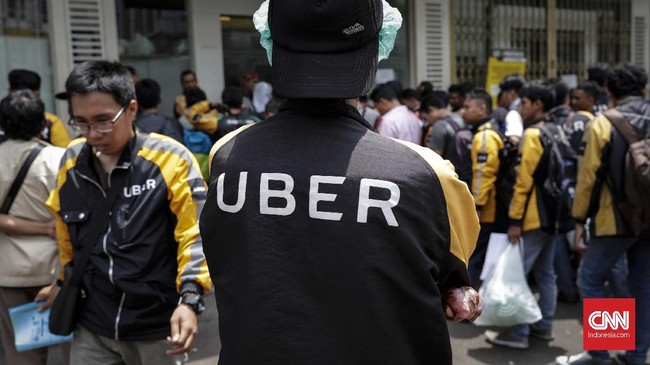 Ratusan pengemudi ojek online mitra UberMotor berbondong menyerbu kantor Gojek Indonesia di kawasan Summarecon Bekasi, Minggu, 1 April 2018. (CNNIndonesia/Safir Makki)