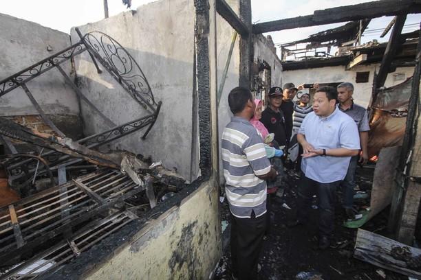 Anggota DPR Bantu Korban Kebakaran Taman Kota