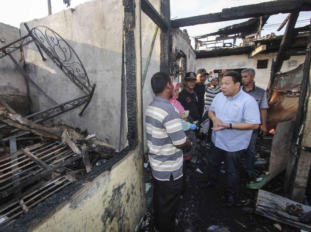 Anggota Fraksi PDIP Charles Honoris saat tiba di lokasi pasca kebakaran di Jalan Perumahan Taman Kota Blok A-1, Kembangan Utara, Kembangan, Jakarta Barat. Istimewa.