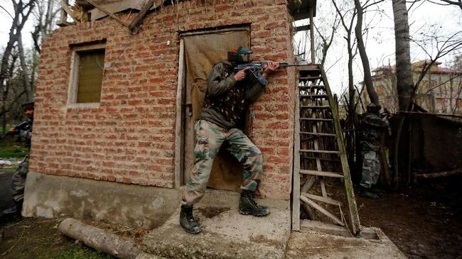 Pasukan India Tembak Mati Dua Dalang Bom Bunuh Diri Kashmir