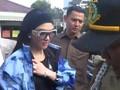 VIDEO: Gaya Nyentrik Syahrini Hadiri Sidang First Travel