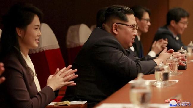 Kim Jong Un dan istrinya tampak bertepuk tangan, bahkan ikut bernyanyi di beberapa lagu. (KCNA/via Reuters)