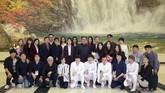 Kim Jong Un juga menyempatkan diri berfoto bersama para artis yang tampil. Antara lain penyanyi terkenal Korea Selatan Cho Yong Pil, Lee Sun-hee, Yoon Do-hyun, Baek Ji-young serta girlband Red Velvet. (KCNA/via Reuters)