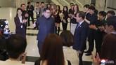 Sebanyak 120 anggota kelompok musisi Korea Selatan, termasuk penari, teknisi dan artis bela diri tiba di Pyongyang, Korea Utara untuk menggelar pertunjukkan budaya. Secara terpisah grup bela diri taekwondo asal Korea Selatan tampil di Hall Taekwondo Pyongyang, Minggu (1/4). (KCNA/via Reuters)