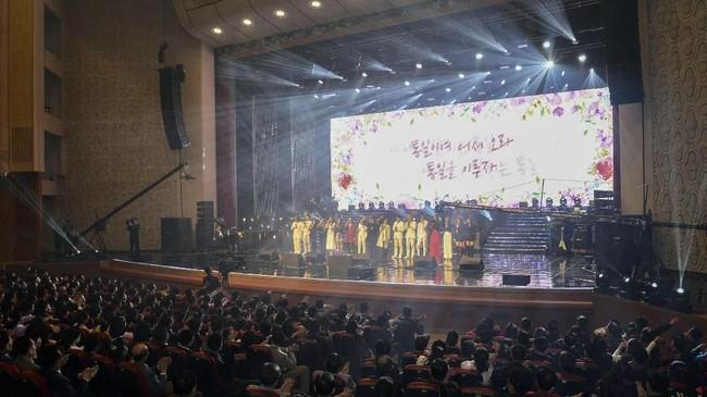 Kantor berita pemerintah Korea Utara, KCNA, menyebut Kim Jong Un sangat tergerak hatinya saat menonton pertunjukan konser K-Pop tersebut. (KCNA/via Reuters)