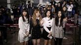 Lima anggota girlband terkenal Korea Selatan, Red Velvet membawakan tembang-tembang hits mereka, seperti