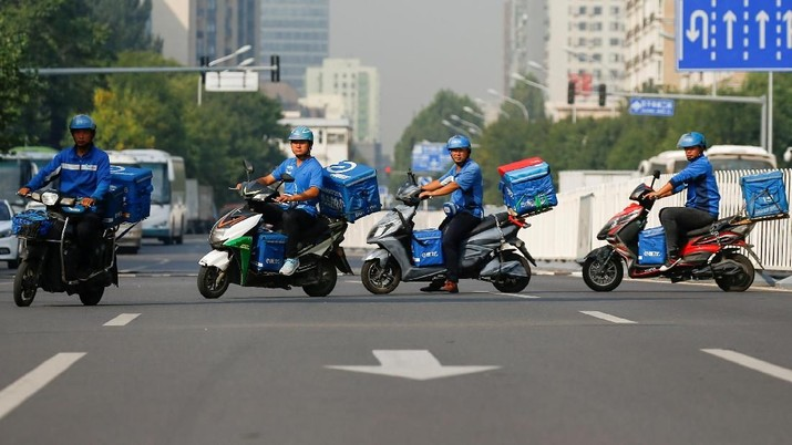 FILE PHOTO: Drivers of the food delivery service Ele.me after an internal security check before their morning shift in Beijing, China, September 21, 2017.  REUTERS/Thomas Peter/File Photo