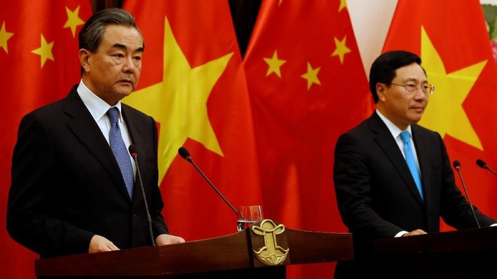 China's State Councilor and Foreign Minister Wang Yi (L) and Vietnam's Deputy Prime Minister and Foreign Minister Pham Binh Minh attend a news conference after their meeting at the Government Guesthouse in Hanoi, Vietnam April 1, 2018. REUTERS/Kham