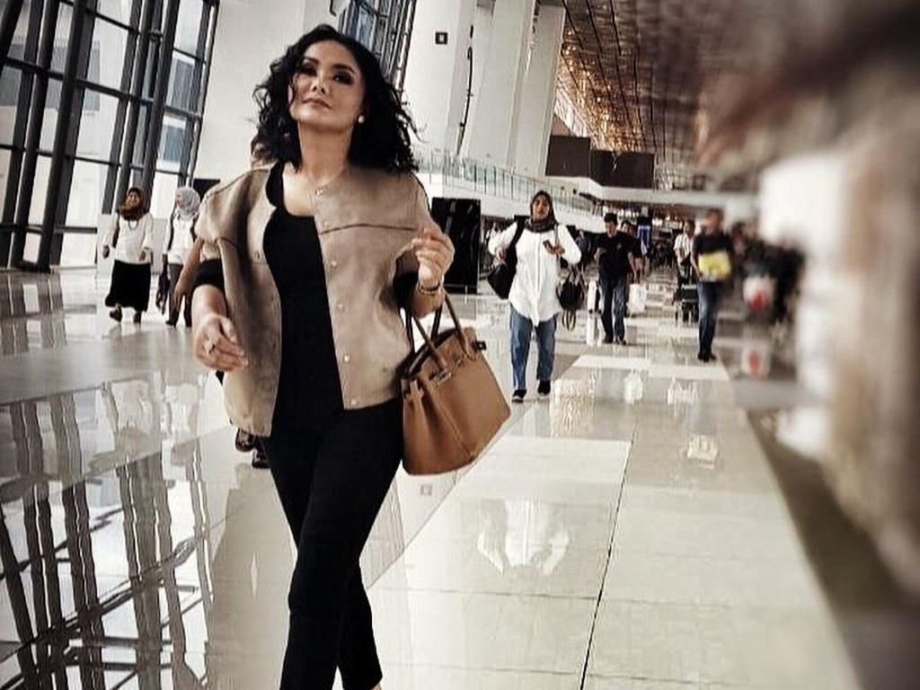 13 Airport Style Artis Indonesia, Mewah Bawa Tas Ratusan Juta