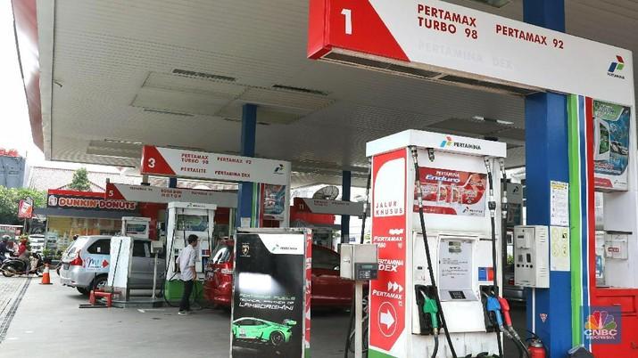 Meski SPBU swasta mulai naikkan harga, Pertamina masih bertahan dengan harga saat ini karena terikat kebijakan.