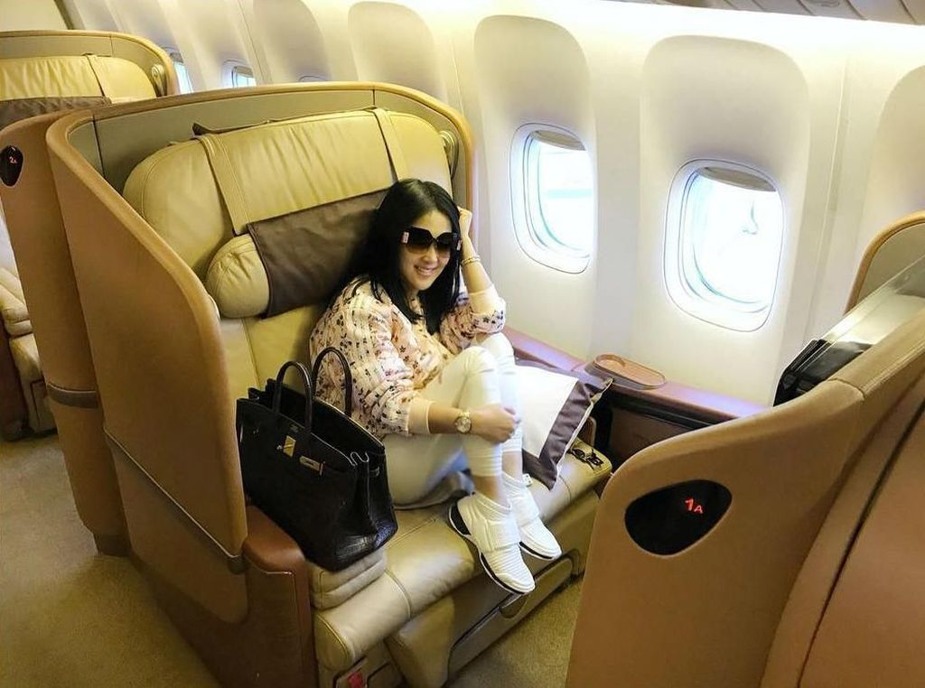 8 Gaya Syahrini Pakai Jaket Harga Jutaan Seperti di Sidang First Travel