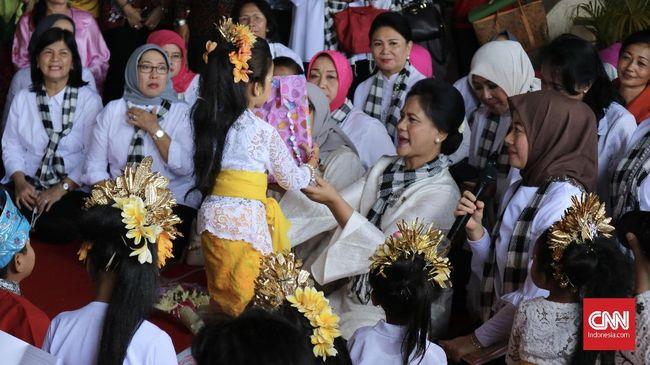 Iriana Jokowi Menari Pendet bersama Anak-anak TK