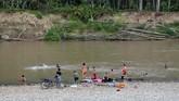 Warga Desa Melidi mandi di sungai Tamiang. (Anadolu Agency-Khalis Surry).
