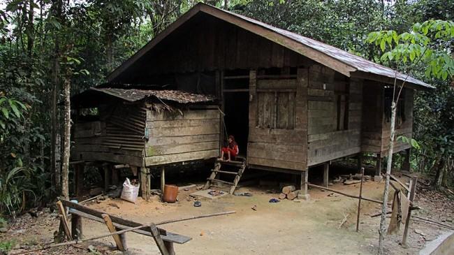 Seorang anak duduk di depan pintu rumahnya di Desa Melidi, Kecamatan Simpang Jernih, Aceh Timur. Empat dari delapan desa yang ada di Kecamatan Simpang Jernih belum tersalurkan arus listrik PLN sejak daerah itu berdiri pada 1919. (Anadolu Agency-Khalis Surry).