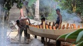 Pemuda Desa Melidi sedang membuat sampan. Sampan kayu merupakan salah satu transportasi yang digunakan warga untuk pergi ke desa, bahkan turun ke perkotaan. (Anadolu Agency-Khalis Surry).
