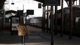 Aksi mogok itu rencananya digelar dua dari lima hari hingga 28 Juni, dan diperkirakan menggantu sekitar 4,5 juta penumpang kereta tiap harinya di Perancis. (REUTERS/Vincent Kessler)