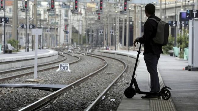 Hanya satu dari delapan kereta api berkecepatan tinggi TGV dan seperlima kereta api regional yang melayani penumpang. (REUTERS/Eric Gaillard)