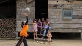 Seorang anak perempuan bermain bola voli di halaman rumahnya di Desa Melidi. (Anadolu Agency-Khalis Surry).