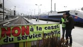 Para pekerja kereta api berencana menggelar aksi selama tiga bulan. (REUTERS/Stephane Mahe)