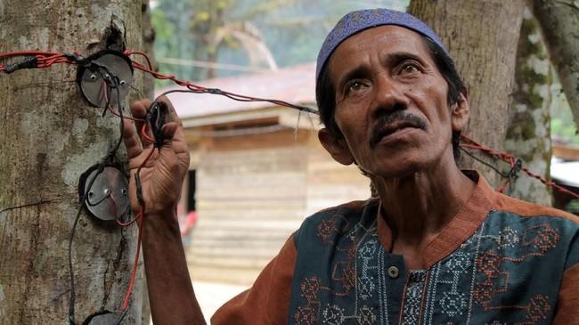 Hasbi (53 tahun) memperlihatkan instalasi listrik kedondong yang tidak terpakai di Desa Tampor Paloh, Simpang Jernih. Sebelumnya, sempat heboh sebanyak 30 rumah warga di desa setempat diterangi listrik kedondong, namun kenyataannya listrik tidak berfungsi. (Anadolu Agency-Khalis Surry).