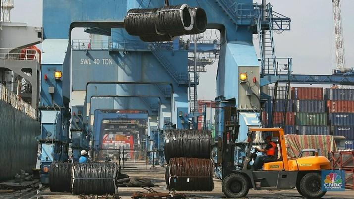 PT Gunung Raja Paksi Tbk. (GGRP) menilai ramainya baja impor yang masuk ke Indonesia disebabkan pasokan baja dalam negeri yang rendah.