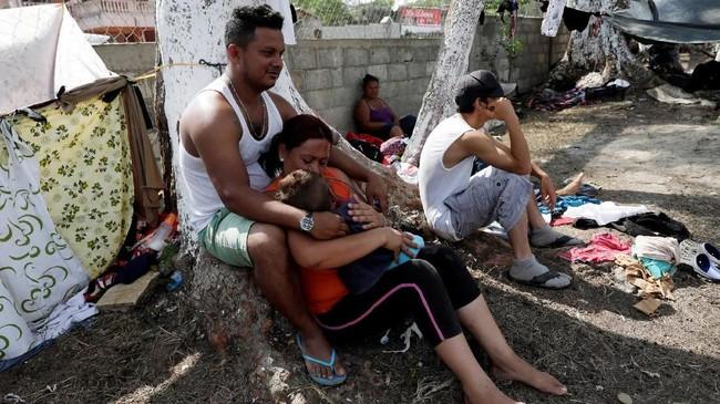 Gerak jalan imigran itu diorganisir oleh Pueblo Sin Fronteras, atau Rakyat Tanpa Perbatasan, untuk mengungsi dari kekerasan dan korupsi. (REUTERS/Henry Romero)