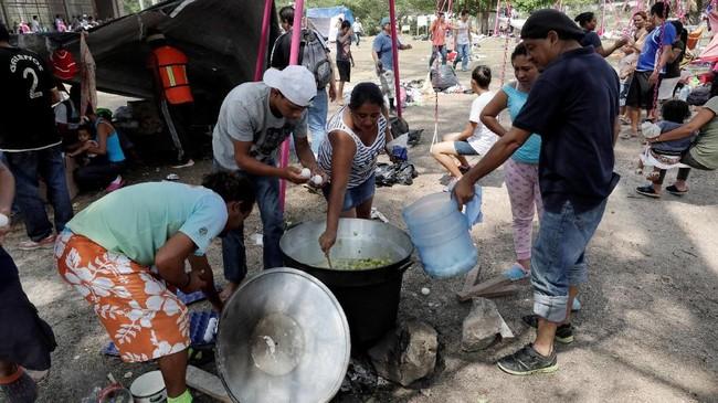 Namun, ratusan di antara mereka mesti dideportasi kembali ke negara asalnya. (REUTERS/Henry Romero)