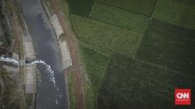 Aliran sungai Cikijing berwarna hitam akibat dialiri limbah tekstil mengalir ke Kampung Rancalongong, Solokan Jeruk, Kabupaten Bandung, Sabtu (31/3). Di sisi lain, Presiden Jokowi meminta Citarum tak lagi menjadi tempat limbah raksasa. (CNNIndonesia/Adhi Wicaksono)