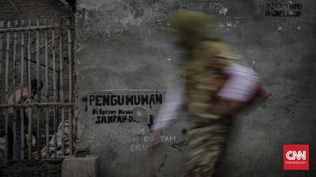Warga menyatakan Citarum menjadi sumber penghidupan mereka, walaupun aliran limbah 'menyerang' setiap hari. Greenpeace menyatakan kerugian warga akibat limbah mencapai Rp11 triliun. (CNNIndonesia/Adhi Wicaksono).
