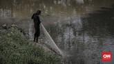 Salah seorang warga yang tinggal di kawasan Sungai Cikijing melakukan aktivitas keseharian, Sabtu (31/3). Cikijing menjadi tempat pembuangan limbah dari industri sehingga berpengaruh pada kehidupan masyarakat. (CNNIndonesia/Adhi Wicaksono.)