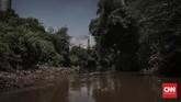 Pabrik yang beroperasi di salah satu kawasan anak usaha Sungai Citarum pada Sabtu (31/3). Pemerintah menyatakan pabrik menjadi salah satu penyumbang limbah di Citarum. (CNNIndonesia/Adhi Wicaksono.)