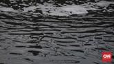 Warna pekat yang sering kali disertai buih menjadi tanda tercemarnya aliran Sungai Citarum, Sabtu (31/3). Warga pun terganggu karena sumber air mereka tercemar. (CNNIndonesia/Adhi Wicaksono).