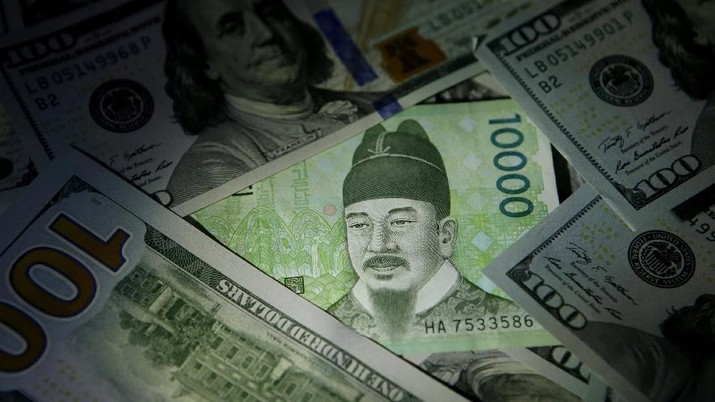 FILE PHOTO: South Korean 10,000 won note is seen on U.S. 100 dollar notes in this picture illustration taken in Seoul, South Korea, December 15, 2015. REUTERS/Kim Hong-Ji/File Photo
