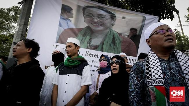 Massa juga mengekspresikan protes terhadap Sukmawati dengan membawa foto putri Proklamator itu, dengan menambahkan tulisan berupa tuntutan hukum kepada putri Proklamator itu. (CNNIndonesia/Safir Makki)