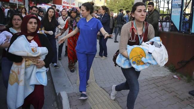 Para saksi mengaku tidak ada alarm peringatan kebakaran. Mereka mengetahui peristiwa kebakaran tersebut dari orang-orang yang berteriak. (Emrah Yorulmaz - Anadolu Agency )