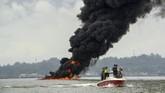 Lokasi pertama kali munculnya api di perairan Teluk Balikpapan, Kalimantan Timur, Sabtu (31/3) akibat terbakarnya pipa minyak bawah air Balikpapan-Penajam Paser Utara. (ANTARA FOTO/Sheravim)