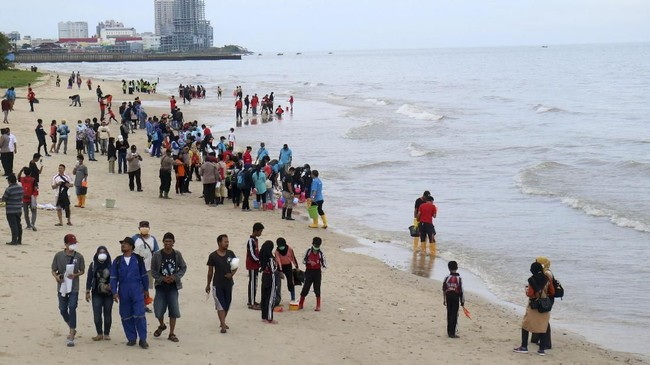 Warga membersihkan pesisir Pantai Kilang Mandiri di Balikpapan, Kalimantan Timur, Rabu (4/4). Masyarakat setempat membersihkan beberapa pantai wisata di kota tersebut guna memulihkan kondisi pesisir Balikpapan yang tercemar tumpahan minyak. (ANTARA FOTO/Sheravim).